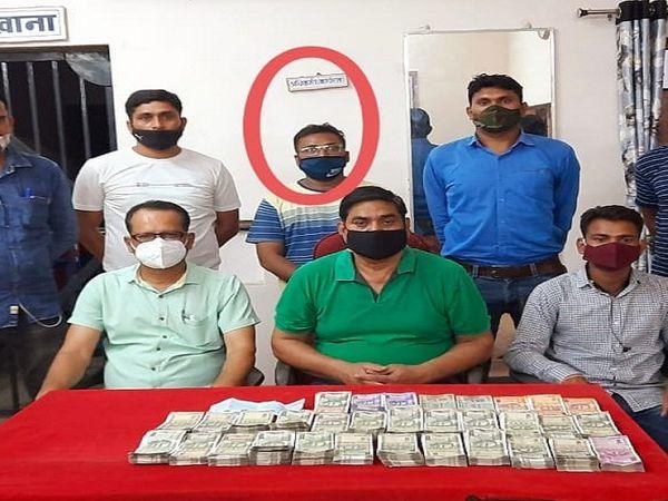 बिलासपुर रेल मंडल के पेंंड्रा रेलवे स्टेशन में MP का कथित सोना कारोबारी 14 लाख कैश के साथ पकड़ा गया है। फिलहाल RPF उसे हिरासत में लेकर पूछताछ कर रह है। - Dainik Bhaskar