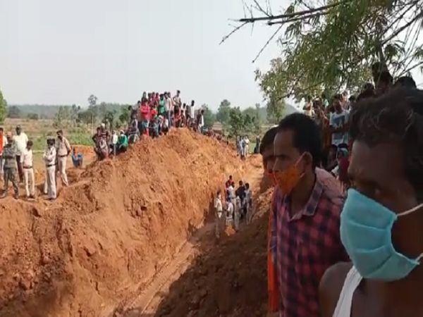 घटनास्थल पर जुटी ग्रामीणों की भीड़।