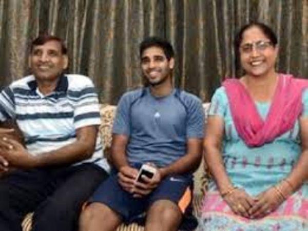 पिता और मां के साथ भारतीय क्रिकेटर भुवनेश्वर कुमार- फाइल - Dainik Bhaskar