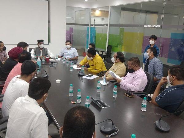 मंत्री विश्वास सारंग और कलेक्टर अविनाश लवानिया ने व्यापारी संघ के साथ बैठक की। - Dainik Bhaskar