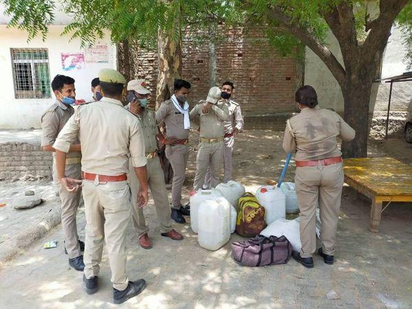 पुलिस की छापेमारी अभी चल रही है। बरामद लाहन को नष्ट किया जा रहा है।