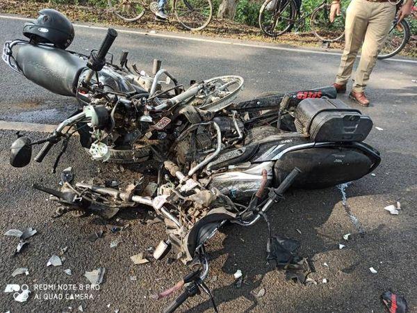 हादसे में दोनों बाइक के परखच्चे - Dainik Bhaskar