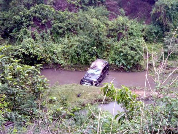 नाला में फंसी कार।
