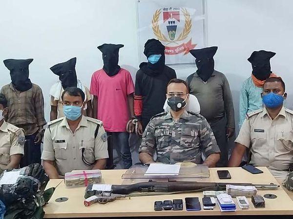 गिरफ्तार उग्रवादियों में टीपीसी के एरिया कंमाडर रमेश गंझू उर्फ बोडा, बुधराम उरांव उर्फ तैनात, नीरज गंझू, आशिष कुमार गंझू, दशई उरांव, कुलदीप गंझू तथा झरी साव शामिल है। - Dainik Bhaskar