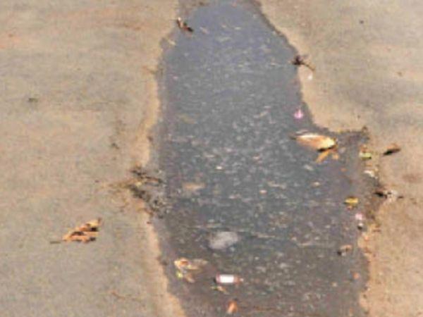 मौसम के पदचिन्ह... रात को हुई बारिश से एबी रोड के धंसे हुए हिस्सों में पानी भर गया। अधिक गहरे हिस्सों में भरा पानी बरकरार रहा। बाकी जगहों पर दूसरे दिन पड़ी गर्मी से पानी वाष्पित हो गया। - Dainik Bhaskar