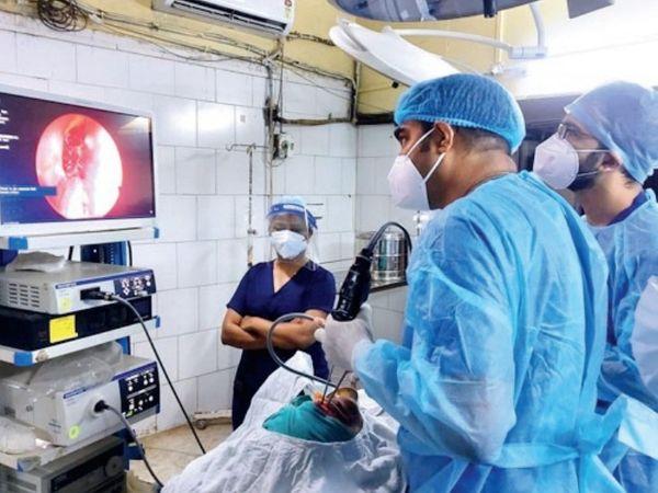 तस्वीर हमीदिया अस्पताल की है। यहां के ईएनटी डिपार्टमेंट में ब्लैक फंगस के रोज 5-6 ऑपरेशन हो रहे हैं। - Dainik Bhaskar