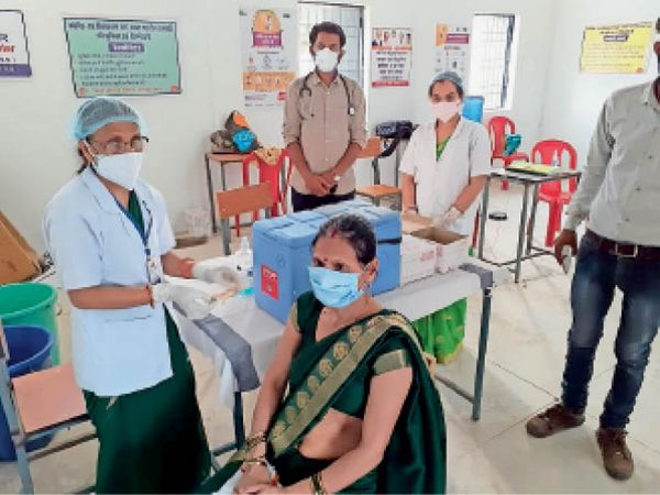 छतरपुर| टीकाकरण केंद्र पर वैक्सीन लगवाते हुए महिला। - Dainik Bhaskar