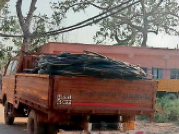 कैंट में एक्सईएन ऑफिस में तारों से लदा खड़ा ट्रक। - Dainik Bhaskar