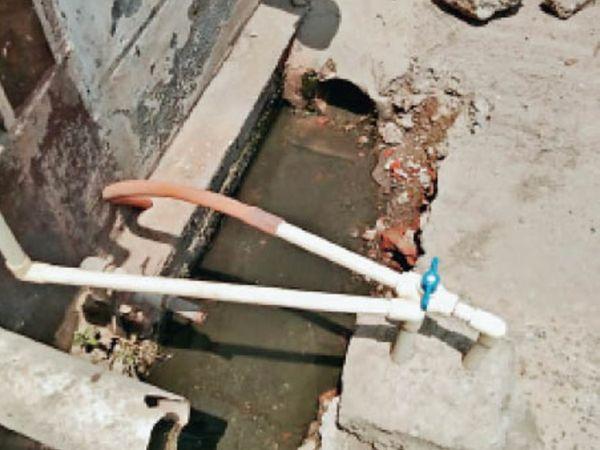 वार्ड नंबर-1 की शिवपुरी काॅलाेनी में एक मकान मालिक ने पाइप डालकर नाली को कवर कर लिया। - Dainik Bhaskar
