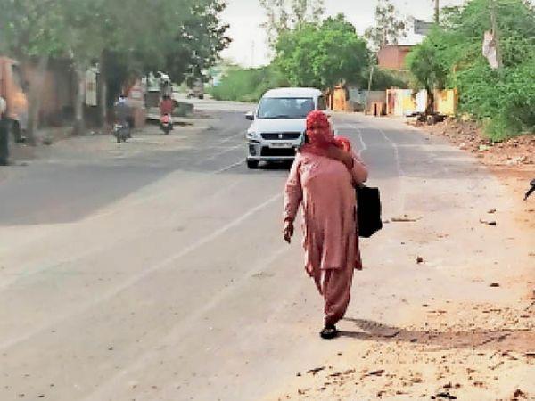 बाजार बंद होने के कारण ऑटो रिक्शा भी नहीं चलती, भीषण गर्मी के दौरान घर पैदल निकलती महिला। - Dainik Bhaskar