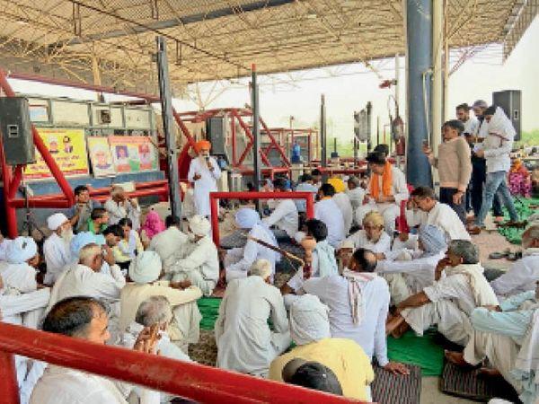 बाडोपट्टी टोल पर गुरनाम सिंह चढ़ूनी किसानों को संबोधित करते हुए। - Dainik Bhaskar