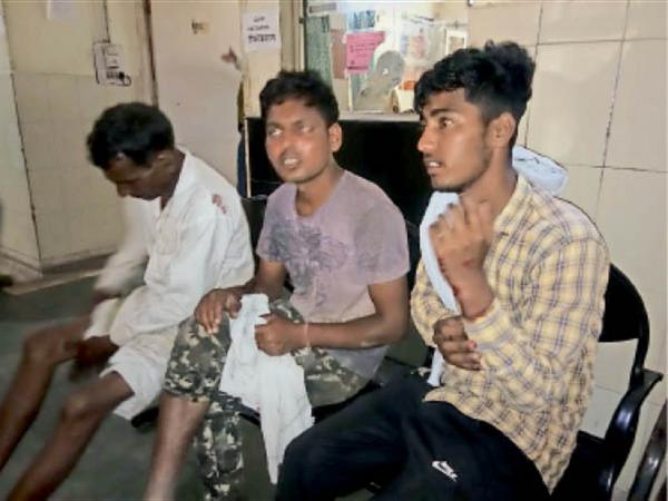 घरौंडा. सरकारी अस्पताल में इलाज के लिए पहुंचे लालुपुरा के किसान। - Dainik Bhaskar