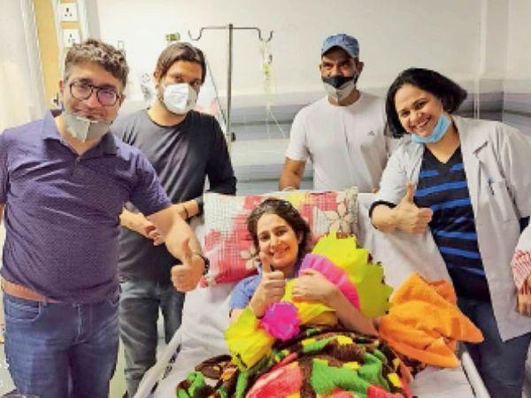 कुरुक्षेत्र   अस्पताल में छुट्टी होने से पहले खुशी जताती जसलीन व डॉक्टर्स।