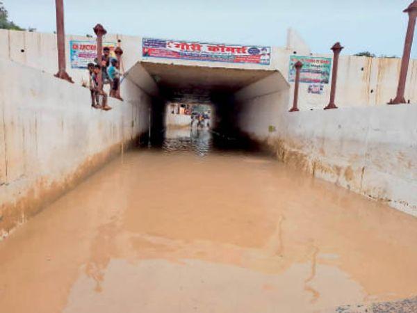 रेलवे अंडरपास पुल पर लगा बारिश का पानी। - Dainik Bhaskar