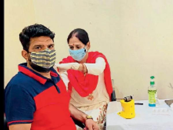 पानीपत. नरेंद्र डिकाडला वैक्सीन लगवाते हुए। - Dainik Bhaskar