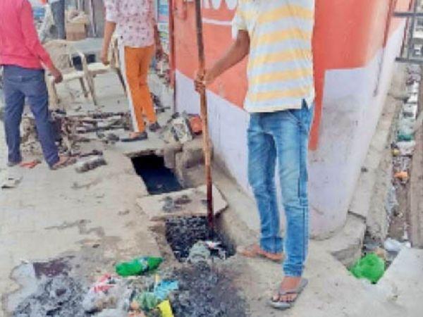 पानीपत. वधावा राम काॅलाेनी व अासपास के एरिया में नालाें की सफाई करते हुए कर्मचारी। - Dainik Bhaskar