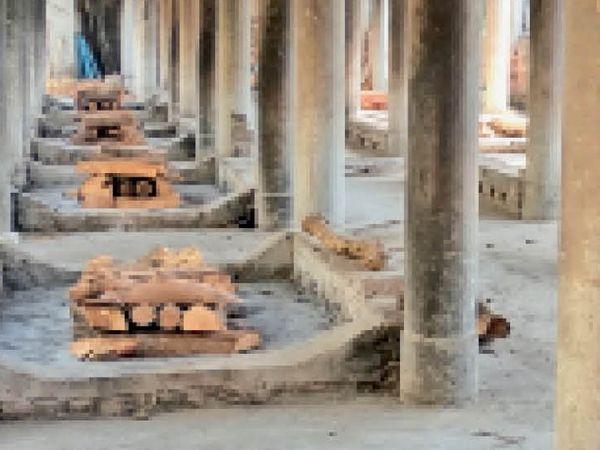वैश्य रोड पर स्थित श्री शिव मंदिर श्मशान घाट में शुक्रवार को शव जलाने के लिए चिताएं तो सजाई गई थी लेकिन शुक्र रहा कि कोई शव नहीं आया। मगर अभी हमें चौकन्ना रहना है। क्योंकि कोरोना अभी गया नहीं है। - Dainik Bhaskar