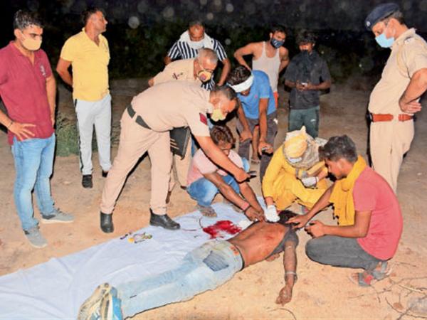 शव की जांच करते एफएसएल प्रभारी डाॅ.सराेज दहिया व पुलिस। - Dainik Bhaskar