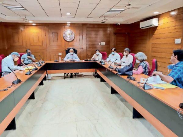 बैठक करते पीजीआई के चिकित्सक अधिकारी व सिविल सोसायटी के पदाधिकारी। - Dainik Bhaskar