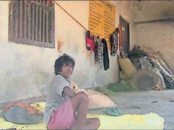 सामान रख उपस्वास्थ्य केन्द्र काे अतिक्रमित कर रह रहे लाेग। - Dainik Bhaskar
