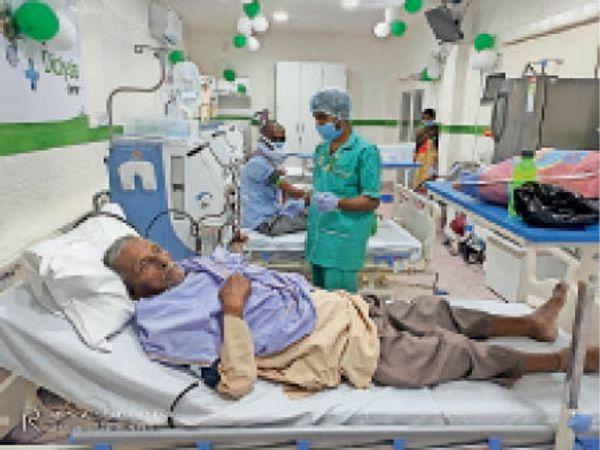 सदर अस्पताल में डायलिसिस यूनिट में इलाजरत मरीज। - Dainik Bhaskar