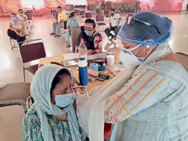 यमुनानगर| महिला को वैक्सीन लगाती स्वास्थ्य कर्मी। - Dainik Bhaskar