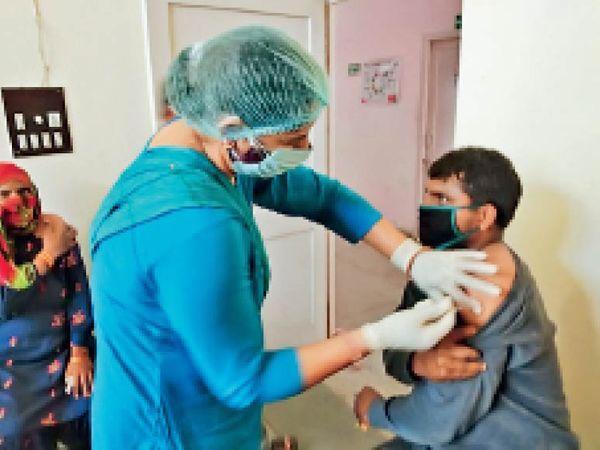 भिवानी. वैक्सीन लगाती स्वास्थ्य कर्मी। - Dainik Bhaskar