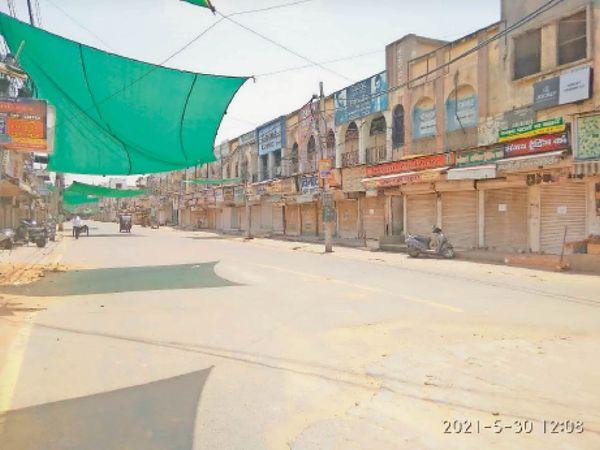 भिवानी. रविवार दोपहर 12 बजे बाद दुकानें बंद रहने से सुनसान पड़ा घंटाघर चौक से सराय चौपटा की ओर जाने वाला मार्ग। - Dainik Bhaskar