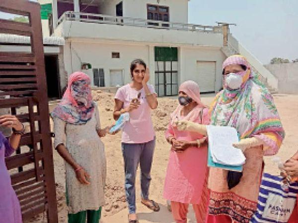 सिरसा। ग्रामीणों को कोरोना से बचाव बारे जागरूक करते व आशंकितो के सेंपल लेते हुए टीम। - Dainik Bhaskar
