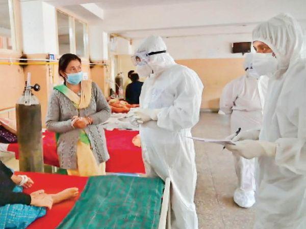 हिमाचल के शिक्षा मंत्री गोविंद ठाकुर ने कुल्लू में जिला कोविड सेंटर का दौरा किया, इस दौरान वे मरीजों से भी मिले और उनकी समस्याएं जानीं। - Dainik Bhaskar