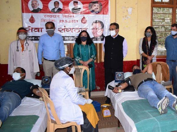 भाजपा की ओर से आयाेजित रक्तदान शिविर में रक्तदान करते लाेग। - Dainik Bhaskar