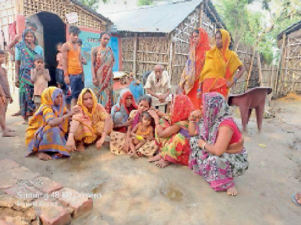 पति की हत्या के बाद राेती-बिलखती पत्नी व सांत्वना देते परिवार के अन्य सदस्य। - Dainik Bhaskar