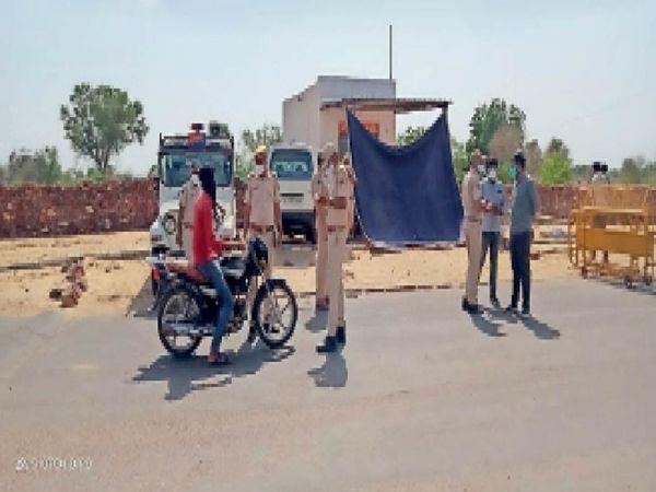 बालरवा में अस्थायी पुलिस नाका लगाकर बाहरी लोगों पर नजर रख रहे, बाहर घूमने वालों को कवारेंटाइन भी कर रहे है। - Dainik Bhaskar