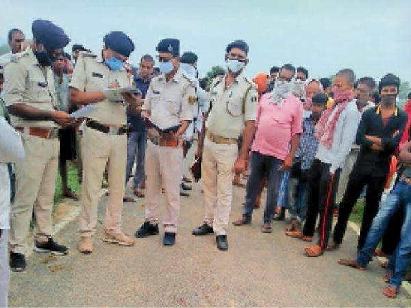 हादसे के बाद घटनास्थल पर पहुंच जांच करती पुलिस। - Dainik Bhaskar