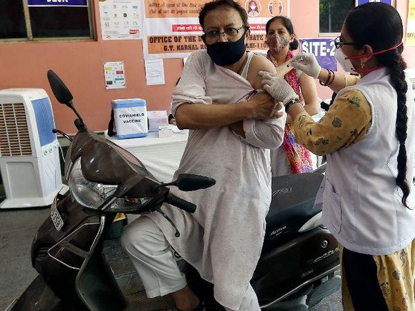 शनिवार को छत्रसाल स्टेडियम में निशुल्क ड्राइव थ्रू वैक्सीनेशन सेंटर की शुरुआत की। - Dainik Bhaskar