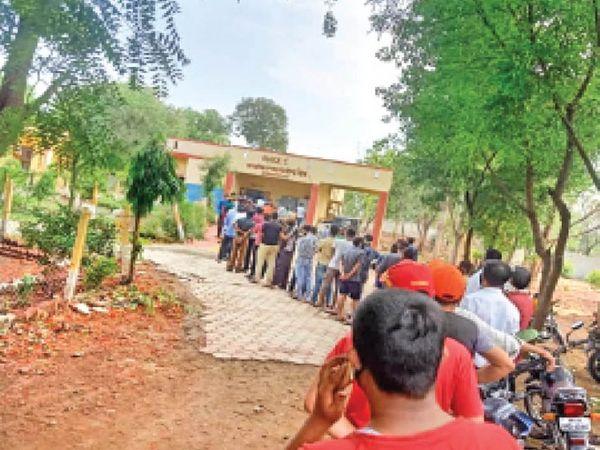 शनिवार को शिप्रा के प्राथमिक स्वास्थ्य केंद्र में युवाओं ने वैक्सीन लगवाने के लिए बढ़-चढ़कर हिस्सा लिया। कोरोना को हराने के लिए यह जोश जरूरी है। - Dainik Bhaskar
