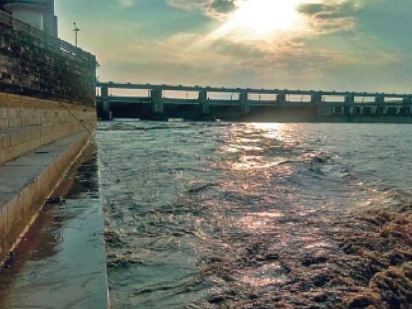 नेपाल के तराई वाले इलाके में तेज बारिश के बाद कोसी और गंडक नदी में उफान है। - Dainik Bhaskar
