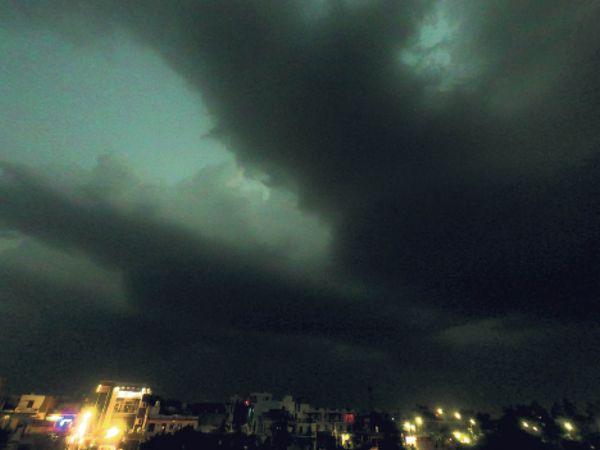 स्थान : सारस चौराहा, समय :  शाम 7.30 बजे, फोटो : धर्मेंद्र सिंह -यूट्यूबर - Dainik Bhaskar