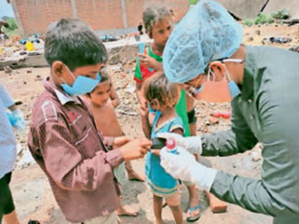छतरपुर|बच्चाे की स्क्रीनिंग और ऑक्सीजन लेबल चैक करते हुए। - Dainik Bhaskar