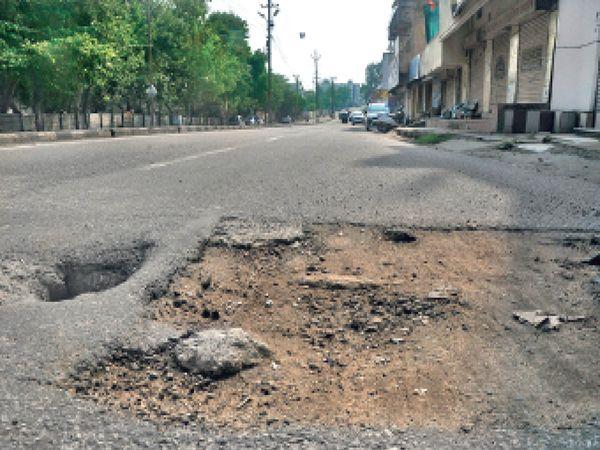 10 स्थानों पर पाइपलाइन मरम्मत के लिए गड्ढा खोदा, पर ठीक से नहीं भरा - Dainik Bhaskar