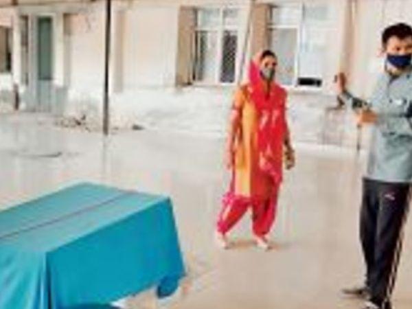 हिसार के सिविल हॉस्पिटल में जहां वैक्सीन लगती थी। 18 प्लस की वैक्सीन खत्म हुई तो लोग पूछने के लिए आते रहे। - Dainik Bhaskar
