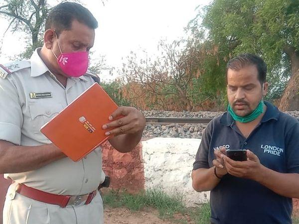 पुलिस को जानकारी देता मृतक का भानजा। - Dainik Bhaskar