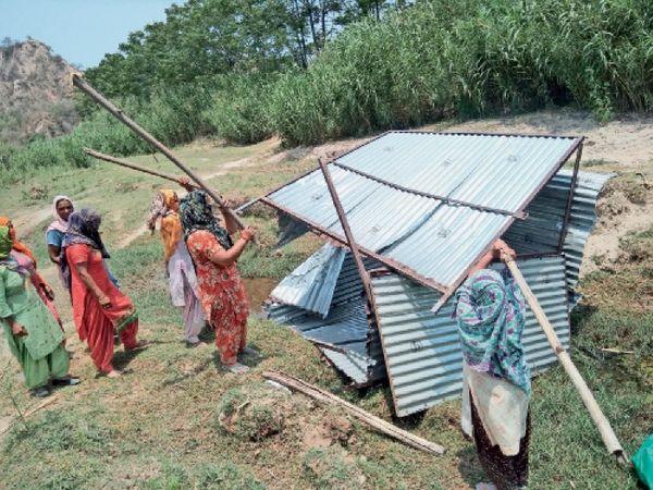 ठेके के खोखे को डंडों से तोड़ती व नारेबाजी करतीं गांव की महिलाएं। - Dainik Bhaskar
