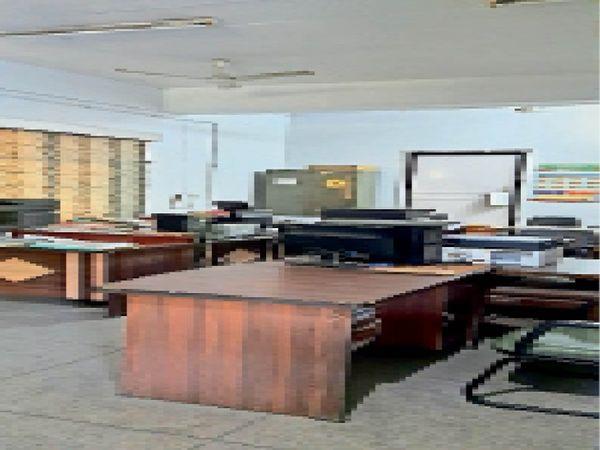 मुलाजिमों के अवकाश के चलते खाली पड़े दफ्तर। - Dainik Bhaskar