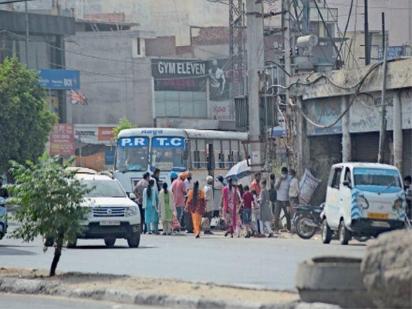 प्रीत सिनेमा के पास यात्री बिना किसी चेकिंग बस में चढ़ते हुए। - Dainik Bhaskar