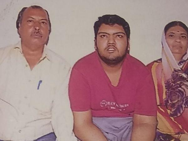 अपने माता-पिता के साथ पीयूष। - Dainik Bhaskar
