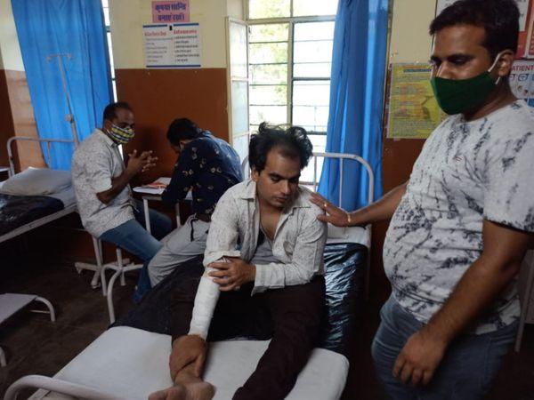 अस्पताल में लाया गया पीड़ित ललित। - Dainik Bhaskar