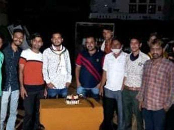 पार्टी कर रहे सिंहपुर सरपंच और - Dainik Bhaskar