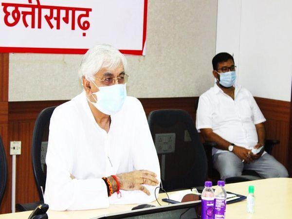मीडिया से बातचीत करते मंत्री टीएस सिंहदेव। - Dainik Bhaskar