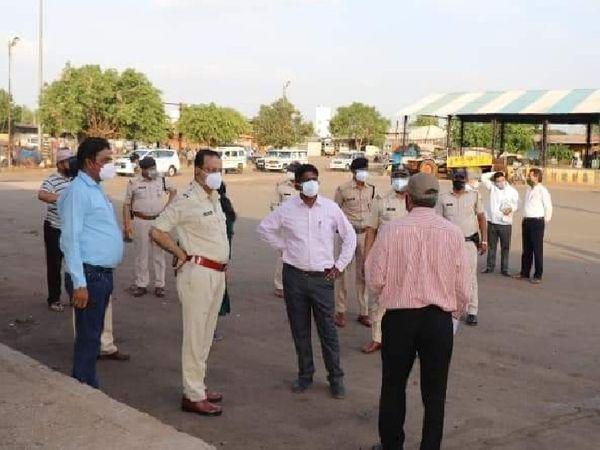 नानाखेड़ी स्थित कृषि उपज मंडी में व्यवस्थाओं का जायजा लेते कलेक्टर व एसपी - Dainik Bhaskar